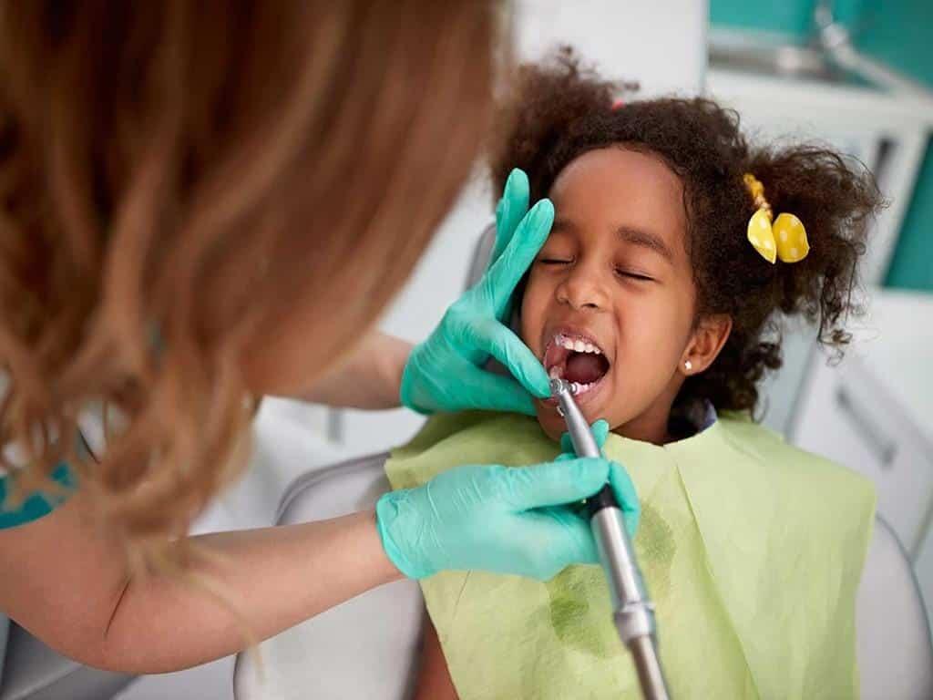 عملیات دندان پزشکی کودک